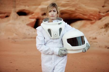 casco rojo: astronauta futurista en otro planeta, planeta rojo arena