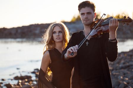 violinista: Violinista que toca un viol�n, en el fondo del mar