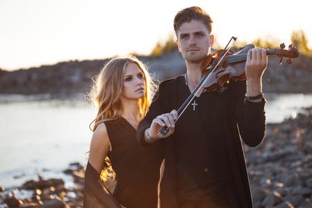 violinista: Violinista que toca un violín, en el fondo del mar