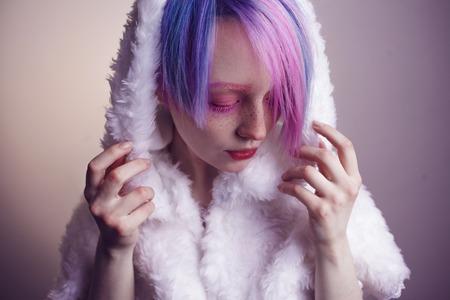 colores calidos: una chica joven con los ojos de color rosa y el pelo, como una muñeca