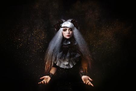 czarownica: dziewczyna w wizerunek czarownicy z bujnych siwych włosów