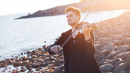 violinista: Violinist playing a violin, on the background of the sea