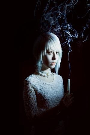 suspenso: Muchacha adolescente con una vela, el miedo en su cara