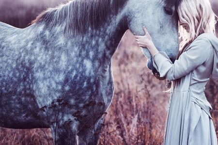 caballo jinete: Retrato de una belleza Blondie con el caballo