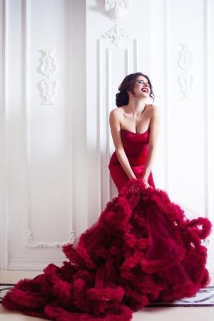 저녁 빨간 드레스의 아름다움 갈색 머리 모델 여자. 아름 다운 패션 럭셔리 메이크업과 헤어 스타일