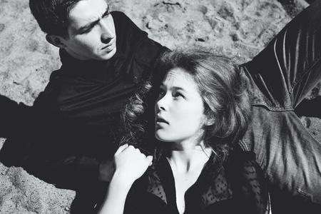besos apasionados: Hermosa pareja. Chica susurra algo en el o�do de la joven, blanco y negro retrato