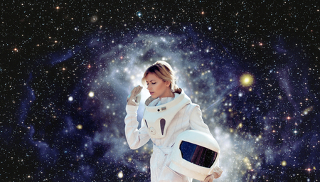 descubridor: astronauta futurista sin casco, el fondo blanco