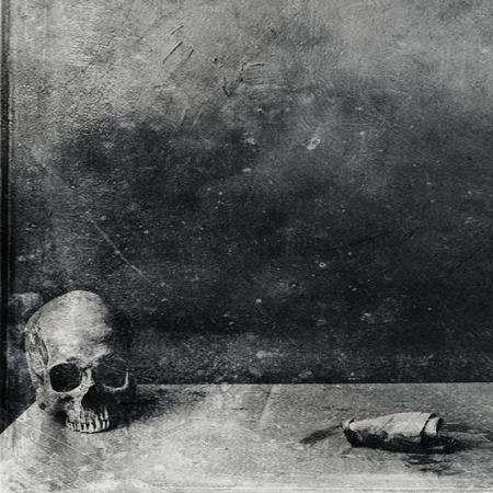 テーブルの上の非常に怖いスカル。テクスチャ グランジ黒と白背景 写真素材