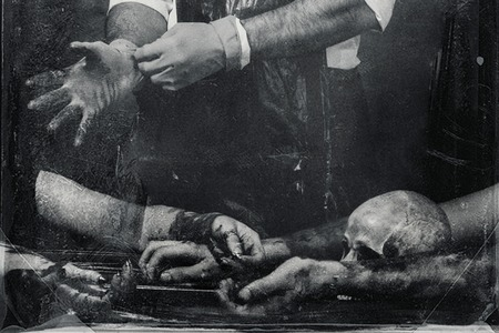 manos sucias: cráneo muy aterrador sobre la mesa. grunge textura de fondo blanco y negro