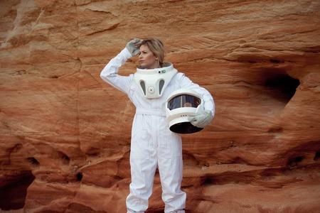 descubridor: futuristic astronaut on another planet, sandy red planet Foto de archivo