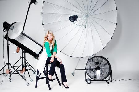 Ung vacker kvinna i Studio, belysning spotlights på bakgrunden Stockfoto
