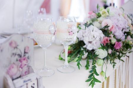 シャンパンやワイン、結婚式の装飾、お祝いの美しいグラス