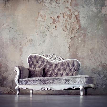 질감 된 벽의 배경에 고전적인 스타일의 아름다운 소파 스톡 콘텐츠 - 64243208