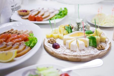 Vorspeisen. Verschiedene Arten von Käse, Salami und Schinken
