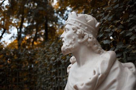 公園を彫刻します。王冠、王の男の胸像 写真素材