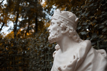 Sculpture in the Park. The bust of a man in the crown, the king Banco de Imagens