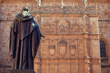 Uitzicht op het standbeeld en de kathedraal van Salamanca. Stockfoto