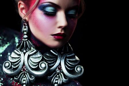 La muchacha rubia joven y atractiva en el arte brillante-maquillaje, pelo alto, pintura corporal. Y brillantina Foto de archivo