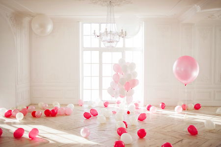 Luxurious living room with large window to the floor. Palace is filled with pink balloons 免版税图像