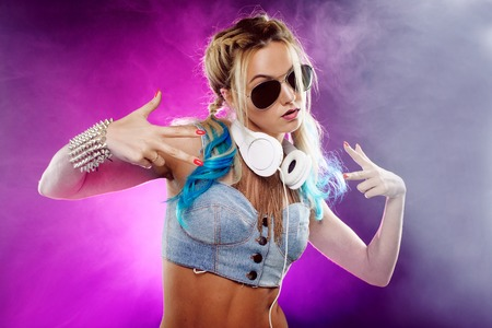 디스코 스타일에서 젊은 유행 소녀. 음악을 듣고 즐기기. 복고풍 스타일 스톡 콘텐츠