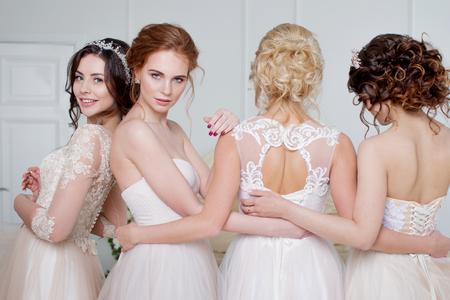 결혼식 살롱에서 신부입니다. 4 명의 아름 다운 소녀는 서로 다른 팔에 있습니다. 뒤, 근접 레이스 치마