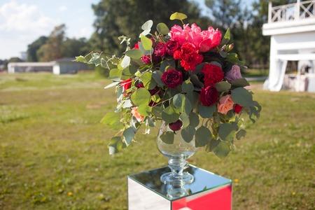 Decoración de boda Registro de bodas al aire libre. Ramos de lujo con flores rojas Foto de archivo - 85395107