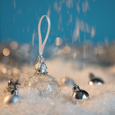 Felice anno nuovo. Sfera di Natale sullo sfondo festivo neve