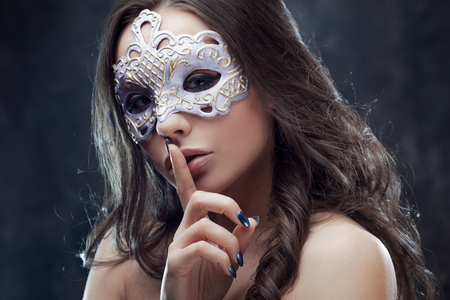 Mysterious and beautiful brunette with Venetian mask. Carnival Banque d'images - 95521856