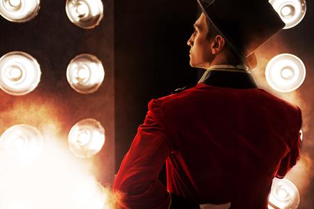 Forain. Jeune artiste masculin, présentateur ou acteur sur scène. Retour, fumée sur fond de Banque d'images