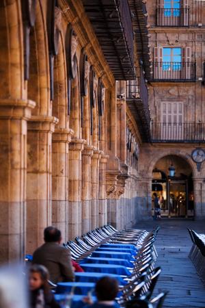 caffè di strada a Salamanca, Spagna. Colonnato classico sulla piazza della città vecchia, attrazioni architettoniche. Architettura spagnola e moresca
