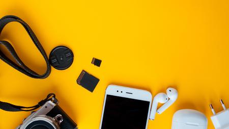 Set per blogger, viaggiatore e fotografo. Tutto per creatore di contenuti e viaggi, fotocamera, drone per la fotografia aerea, smartphone e cuffie wireless, spazio di copia Archivio Fotografico