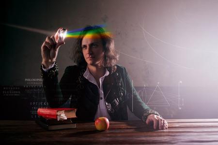 Fisica la scienza della natura, il concetto di studio delle leggi della natura. Un giovane a immagine di Isaac Newton. Guarda il prisma, la scienza della luce, l'ottica