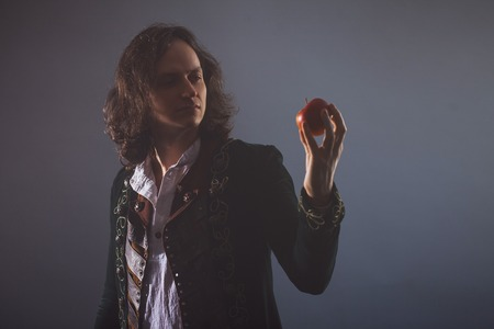 History of science, concept. Isaac Newton with Apple in hand. Gravity and the theory of gravity. Research in physics. Imagens
