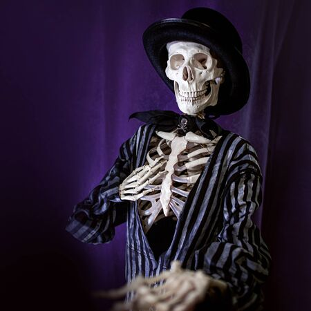 Halloween is coming soon, skeleton in striped suit and hat invites to Halloween party, concept Banque d'images