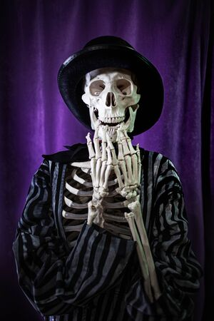 shocked skeleton in a striped suit and top hat. Halloween Is Coming Banque d'images