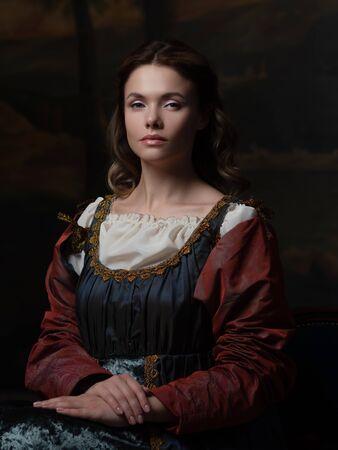 Portret młodej kobiety w stylu malarstwa renesansowego. Piękna tajemnicza dziewczyna w średniowiecznym stroju