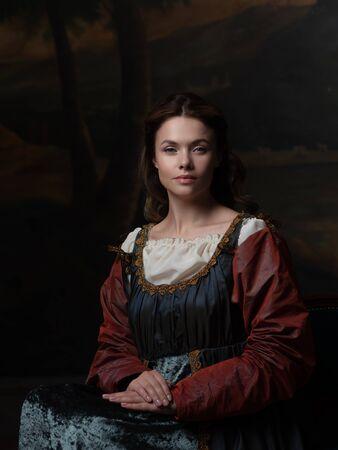 Porträt einer jungen Frau im Stil eines Renaissance-Gemäldes. Schönes mysteriöses Mädchen im mittelalterlichen Kleid