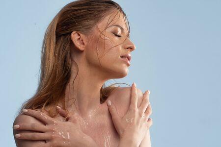 Lavez votre visage et prenez soin de votre peau. Portrait d'une jeune femme avec une belle peau propre, une peau saine, nettoyante et hydratante