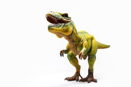 Knurrender grüner Tyrannosaurus ein riesiges Reptil aus der Jurazeit, ein Kinderspielzeug. Abbildung isoliert auf weiß