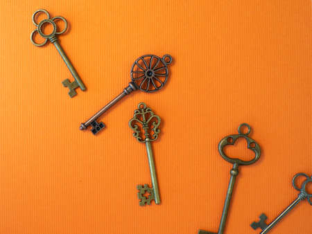 Many different old keys from different locks, scattered chaotically, flat lay. Banco de Imagens