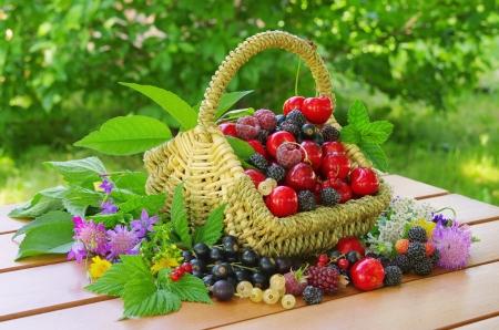 canasta de frutas: bayas en la cesta Foto de archivo