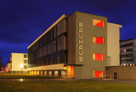 Dessauer Bauhaus Nacht Standard-Bild - 26360343