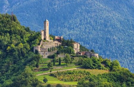 in der Nähe von Borgo Valsugana im Trentino, das Castel Telvana Editorial