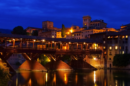 ponte vecchio: Bassano del Grappa Ponte Vecchio by night in northern Italy