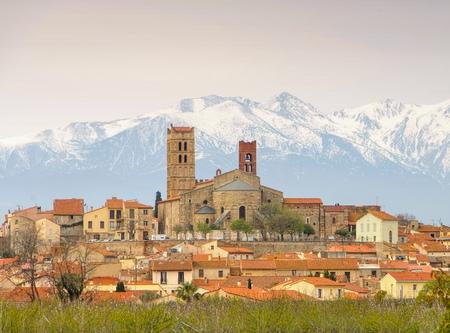 Catedral de Elne e Pic du Canigou, França Foto de archivo - 71016229