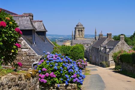 Pueblo medieval de Locronan, Bretaña en Francia Foto de archivo - 83287566