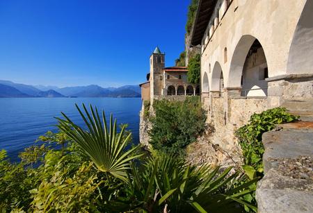 サンタ カテリーナ デル サッソ ラゴ マッジョーレ、イタリア 写真素材