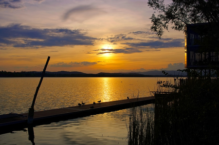 Lago di Varese sunset in northern Italy 版權商用圖片 - 115563754