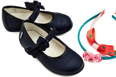cintillos: aislado nuevo par de zapatos de cuero azules del ni�o con las vendas sobre un fondo blanco Foto de archivo