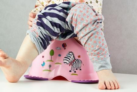 vasino: bambino piccolo si siede su un vasino